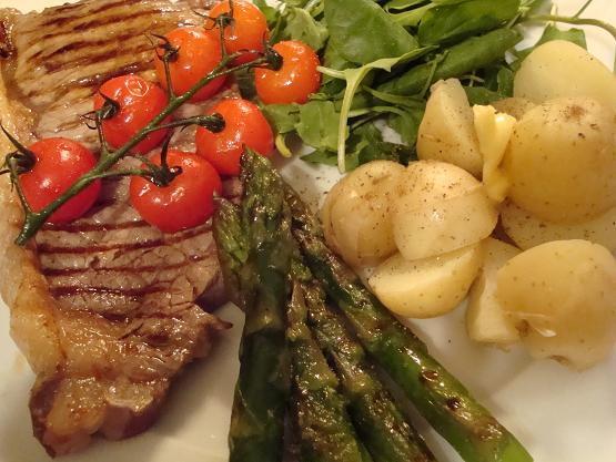 steak-and-asparagus-and-tomatoes